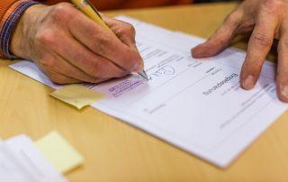 Der Bauantrag für das Kletter- und Vereinszentrum wird unterzeichnet (Foto: Torsten Hans).