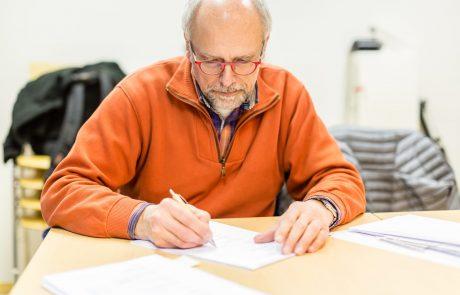 2. Vorstand Andreas Hannweg unterzeichnet den Bauantrag (Foto: Torsten Hans).