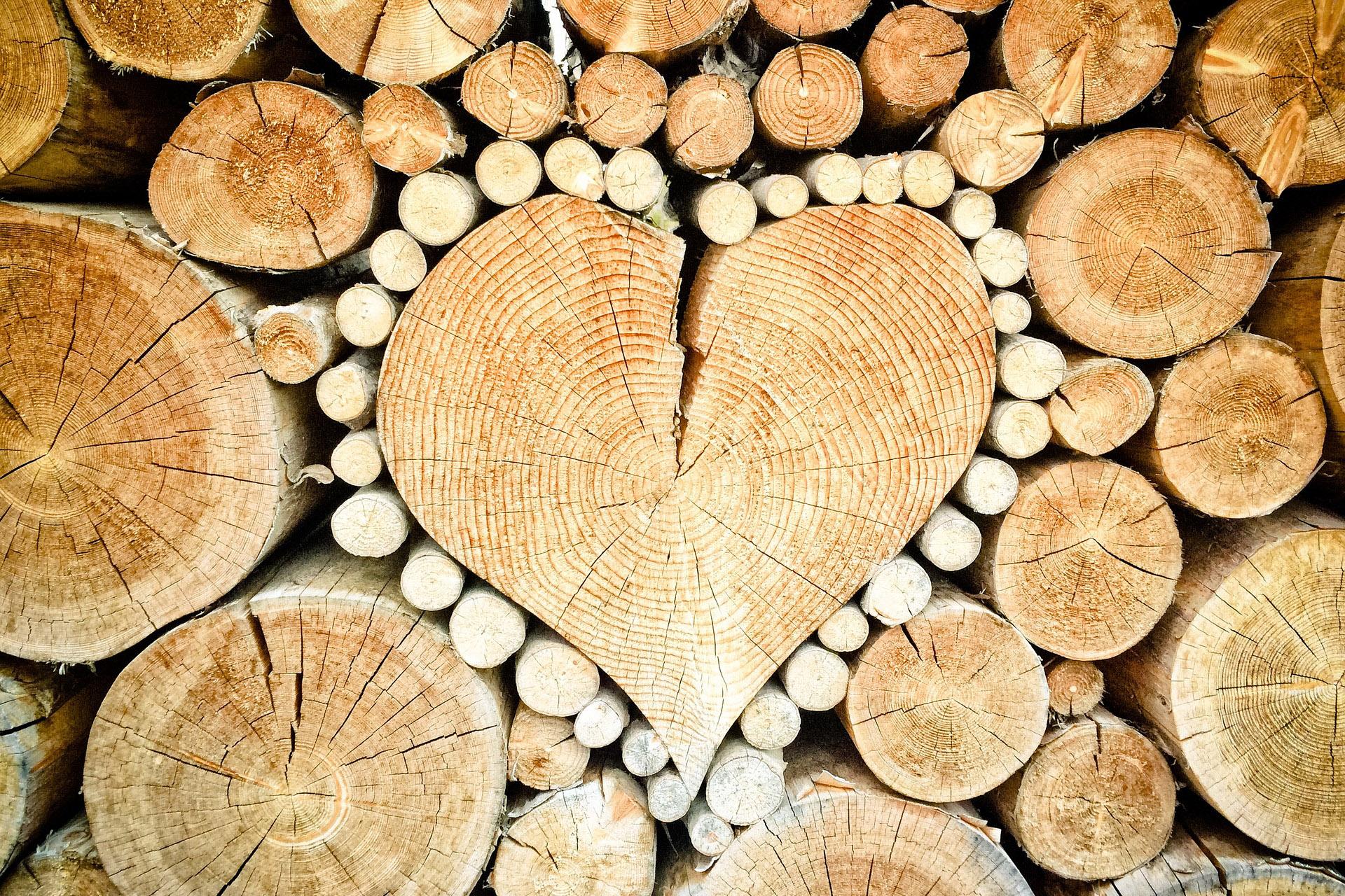 Holzherz im Holzstapel.
