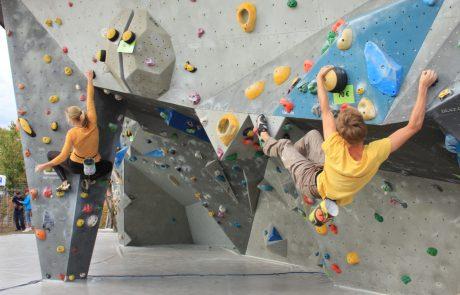 Kräftige Züge fordern den Kletterern bei der Umrundung der Boulderanlage alles ab. Foto: Lisa Kügel