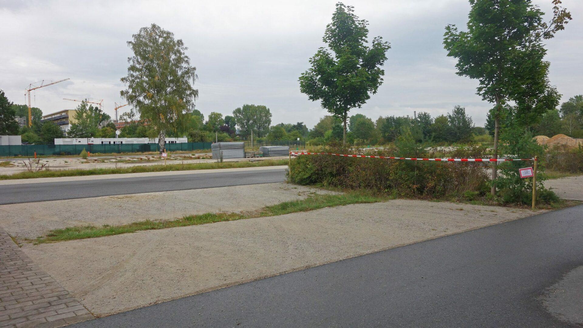 Der hintere Teil des Parkplatzes am Röthelheimbad ist jetzt gesperrt (Foto: Ayko Knisch).