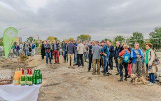 Die auf der Baustelle versammelten Gäste (Foto: L. Kügel).