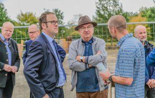Kleingruppe von Männern, die sich unterhalten (Foto: L. Kügel).