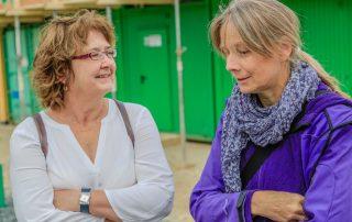 Zwei Frauen unterhalten sich (Foto: L. Kügel).