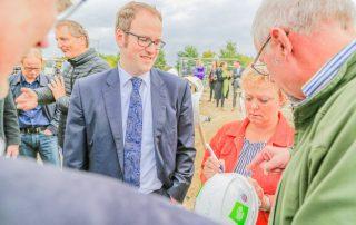 VIPs signieren einen Bauhelm (Foto: L. Kügel).