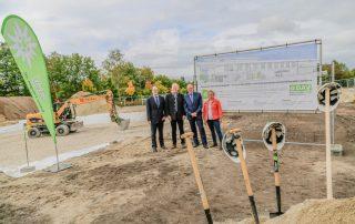 OB Dr. Florian Janik, DAV Vorsitzender Kai Lenfert, Vorsitzender des Vorstands der Sparkasse ERH Johannes von Hebel und Bügermeisterin Susanne Lender-Cassens (von links) vor der Bautafel (Foto: L. Kügel).
