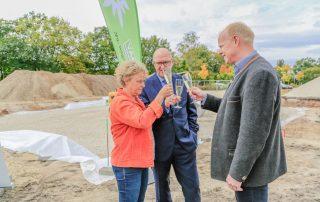 Wichtige Vertreter von Stadt, Sparkasse und DAV stoßen auf die neue Anlage an (Foto: L. Kügel).