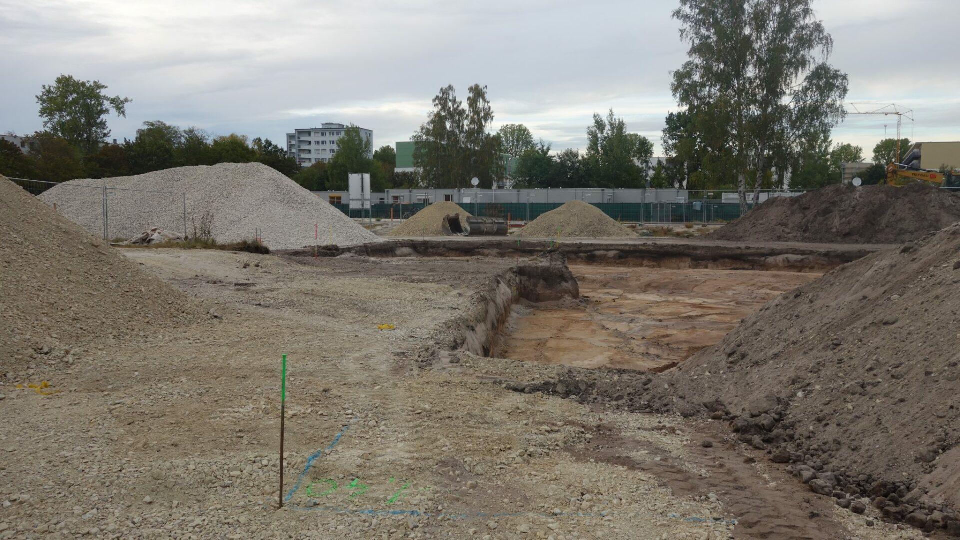 Blick über die Baustelle hinweg auf die Wohncontainer (A. Knisch).
