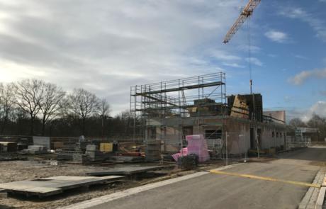 Bei bestem Wetter gehen die Arbeiten an der Baustelle gut voran (Foto: A. Knisch).